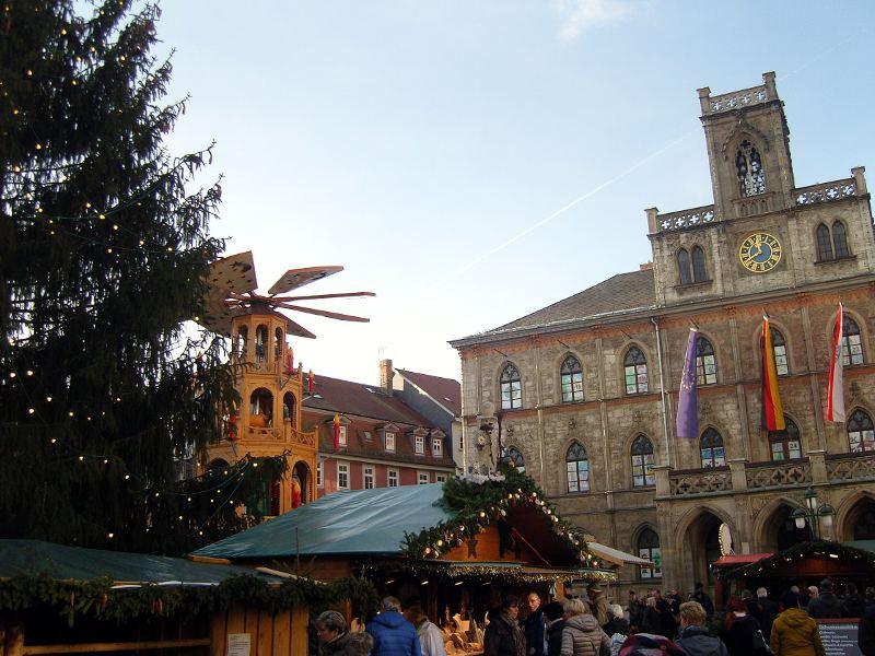 Weihnachtsmarkt in Weimar auf dem Marktplatz vor dem Rathaus